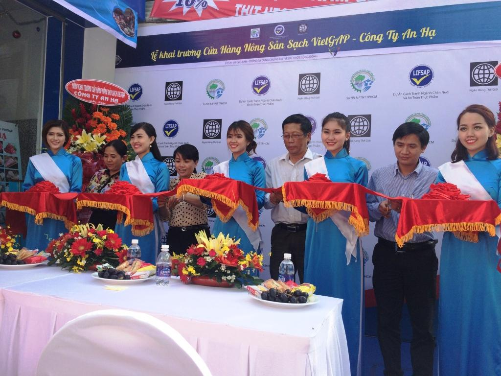 Đại diện Sở Nông nghiệp và PTNT TPHCM, tỉnh Long An và công ty TNHH TM DV An Hạ cắt băng khánh thành Cửa hàng nông sản sạch VietGAP