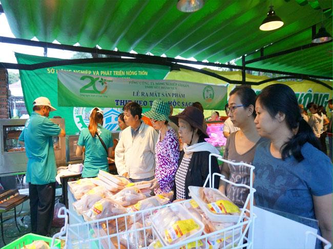 Người dân lựa chọn các sản phẩm thịt tại chợ phiên