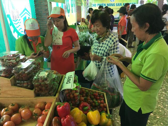 Người dân lựa chọn rau, củ, quả tại chợ phiên
