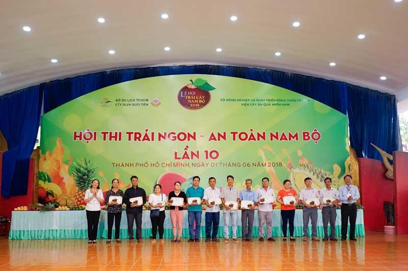 Ban Tổ chức trao giải cho nông dân đạt giải tại Hội thi